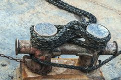 Σχοινί γύρω από έναν σκουριασμένο στυλίσκο στοκ εικόνες