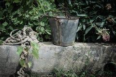 Σχοινί με τον κάδο ψευδάργυρου στοκ φωτογραφία με δικαίωμα ελεύθερης χρήσης