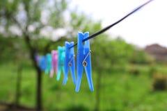Σχοινί με το clothespin στο πράσινο υπόβαθρο τοπίων στοκ εικόνες με δικαίωμα ελεύθερης χρήσης