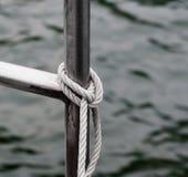 Σχοινί που δένεται στο κοντινό νερό κιγκλιδωμάτων μετάλλων Στοκ φωτογραφίες με δικαίωμα ελεύθερης χρήσης