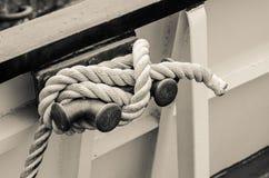 Σχοινί που δένεται sailboat στυλίσκων Στοκ Εικόνες