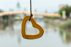 Σχοινί που δένεται με τη μορφή καρδιών τσιμέντου στοκ φωτογραφία με δικαίωμα ελεύθερης χρήσης