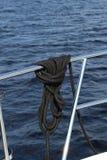 Σχοινί που συνδέεται ναυτικό γύρω από ένα κιγκλίδωμα βαρκών στοκ εικόνα με δικαίωμα ελεύθερης χρήσης