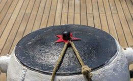 Σχοινί πρόσδεσης που δένεται στους στυλίσκους του παλαιού ξύλινου σκάφους στοκ εικόνα