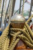 Σχοινί πρόσδεσης που δένεται στους στυλίσκους του παλαιού ξύλινου σκάφους στοκ φωτογραφίες