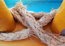 Σχοινί σφιχτά σε ένα σκάφος στοκ εικόνες