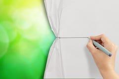 Σχοινί σχεδίων χεριών στο ανοικτό τσαλακωμένο έγγραφο Στοκ φωτογραφίες με δικαίωμα ελεύθερης χρήσης