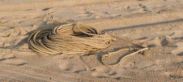 Σχοινί ψαράδων ` s στην άμμο Στοκ φωτογραφία με δικαίωμα ελεύθερης χρήσης