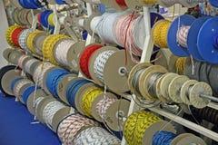 Σχοινιά και καλώδια και σκοινιά για την κωπηλασία και την αναρρίχηση για την πώληση μέσα στοκ φωτογραφίες