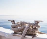 Σχοινιά σκαφών ` s στο γιοτ στην από τη Λιγουρία θάλασσα, Ιταλία Κινηματογράφηση σε πρώτο πλάνο στοκ φωτογραφίες