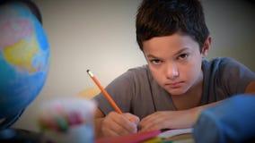 Σχολείο εκπαίδευσης σπουδαστών παιδιών που γράφει το ψηφιακό σχολείο απόθεμα βίντεο