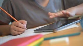 Σχολείο εκπαίδευσης σπουδαστών παιδιών που γράφει το ψηφιακό σχολείο φιλμ μικρού μήκους