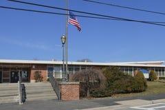 Σχολείο με τη σημαία στο μισό ιστό στην αλληλεγγύη στοκ εικόνες με δικαίωμα ελεύθερης χρήσης