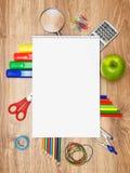 Σχολικά εξαρτήματα σε μια ξύλινη ανασκόπηση. Στοκ φωτογραφίες με δικαίωμα ελεύθερης χρήσης