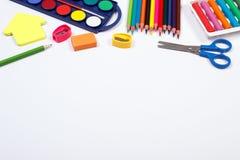 Σχολικά εξαρτήματα στο άσπρο υπόβαθρο, πίσω στη σχολική έννοια Στοκ φωτογραφία με δικαίωμα ελεύθερης χρήσης