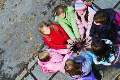 Σχολικά κορίτσια που τρέχουν μακριά Στοκ φωτογραφία με δικαίωμα ελεύθερης χρήσης