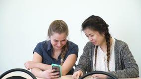 Σχολικά κορίτσια τηλεφωνικής τεχνολογίας επικοινωνίας κινητά φιλμ μικρού μήκους