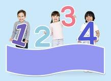 Σχολικά παιδιά που μαθαίνουν τα μαθηματικά με τους αριθμούς στοκ φωτογραφία με δικαίωμα ελεύθερης χρήσης