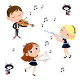 Σχολικά παιδιά που παίζουν το διαφορετικό όργανο μουσικής στο άσπρο υπόβαθρο - βιολί, φλάουτο, τρίγωνο ελεύθερη απεικόνιση δικαιώματος