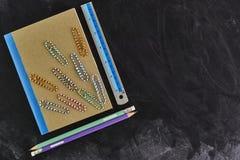 Σχολικές προμήθειες στον πίνακα Στοκ Φωτογραφίες