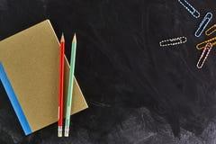 Σχολικές προμήθειες στον πίνακα Στοκ εικόνες με δικαίωμα ελεύθερης χρήσης