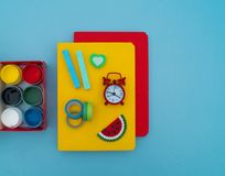 Σχολικές προμήθειες στο μπλε υπόβαθρο πίσω σχολείο kindergarten στοκ φωτογραφίες