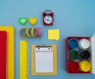 Σχολικές προμήθειες στο μπλε υπόβαθρο πίσω σχολείο kindergarten στοκ εικόνες με δικαίωμα ελεύθερης χρήσης