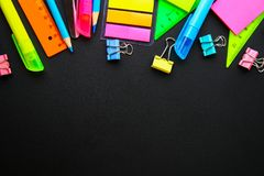 Σχολικές προμήθειες στο υπόβαθρο πινάκων έτοιμο για το σχέδιό σας Επίπεδος βάλτε Τοπ όψη διάστημα αντιγράφων στοκ φωτογραφίες με δικαίωμα ελεύθερης χρήσης