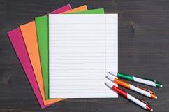 Σχολικές σημειωματάρια και μάνδρες Στοκ φωτογραφία με δικαίωμα ελεύθερης χρήσης