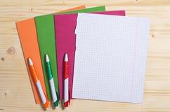 Σχολικές σημειωματάρια και μάνδρες Στοκ εικόνα με δικαίωμα ελεύθερης χρήσης
