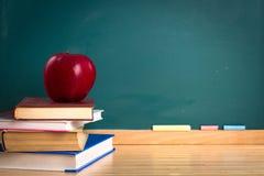 Σχολική ακόμα ζωή με Copyspace στον πίνακα κιμωλίας στοκ εικόνα