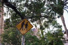 Σχολική ζώνη, Beware των ανθρώπων ή των παιδιών που διασχίζουν την οδό, Ρ στοκ φωτογραφίες