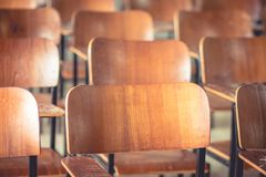 Σχολική τάξη με το παλαιό ξύλο καρεκλών γραφείων, στο γυμνάσιο thail Στοκ εικόνα με δικαίωμα ελεύθερης χρήσης