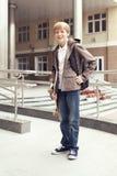 Σχολικός έφηβος με τη σχολική τσάντα και skateboard στοκ φωτογραφία με δικαίωμα ελεύθερης χρήσης