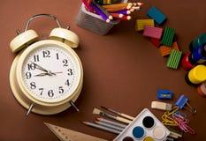 Σχολικός εξοπλισμός, αναδρομικό ξυπνητήρι και πίσω στο σχολείο γραπτό στοκ φωτογραφία με δικαίωμα ελεύθερης χρήσης