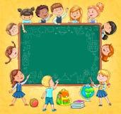 Σχολικός πίνακας για τα αστεία παιδιά και τα σχέδια κειμένων σας με την κιμωλία επάνω Στοκ Φωτογραφίες