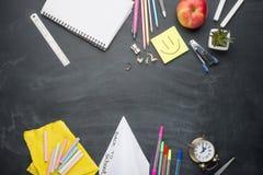Σχολικός πίνακας με τις λαβές, κιμωλία, ξυπνητήρι στο σχολικό πίνακα Με το διάστημα για το γράψιμο ή τη διαφήμιση στοκ φωτογραφία με δικαίωμα ελεύθερης χρήσης