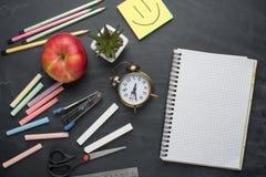 Σχολικός πίνακας με τις λαβές, κιμωλία, ξυπνητήρι στο σχολικό πίνακα Με το διάστημα για το γράψιμο ή τη διαφήμιση στοκ εικόνες