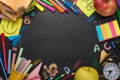 Σχολικός πίνακας με τις λαβές, την κιμωλία, το ξυπνητήρι, και το σχολικό πρόγευμα με το διάστημα για το γράψιμο ή τη διαφήμιση στοκ εικόνες με δικαίωμα ελεύθερης χρήσης