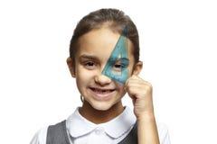 Σχολικό κορίτσι με το μπλε τετράγωνο συνόλου στοκ φωτογραφίες