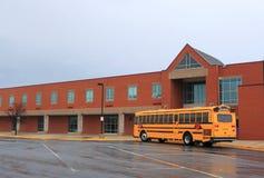 Σχολικό κτίριο με το λεωφορείο Στοκ φωτογραφία με δικαίωμα ελεύθερης χρήσης