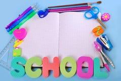Σχολικό πλαίσιο με το σημειωματάριο στοκ εικόνες