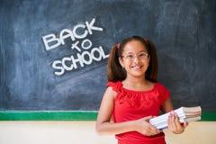 Σχολείο εκπαίδευσης και ευτυχή βιβλία εκμετάλλευσης χαμόγελου κοριτσιών στην κατηγορία Στοκ εικόνα με δικαίωμα ελεύθερης χρήσης