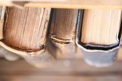 Σχολείο, εκπαίδευση, ιδέα κολλεγίων - παλαιά βιβλία στο ράφι, μαλακή εστίαση Στοκ εικόνα με δικαίωμα ελεύθερης χρήσης