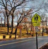 Σχολείο που διασχίζει το οδικό σημάδι στοκ εικόνα με δικαίωμα ελεύθερης χρήσης