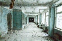 Σχολείο σε Pripyat η τεχνητή τράπεζα Τσέρνομπιλ coold κάτω από τον ποταμό αντιδραστήρων χλόης ψηλό στην Ουκρανία χρησιμοποιούμενη Στοκ Εικόνες