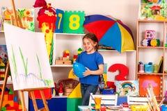 Σχολείο σπασιμάτων στη ζωγραφική της κατηγορίας Μικρό χρώμα σπουδαστών easel στοκ φωτογραφίες με δικαίωμα ελεύθερης χρήσης