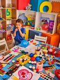 Σχολείο σπασιμάτων στη ζωγραφική της κατηγορίας Μικρό χρώμα σπουδαστών easel στοκ φωτογραφία με δικαίωμα ελεύθερης χρήσης