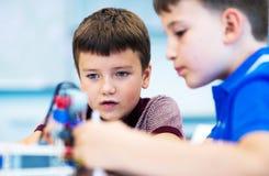 Σχολικά αγόρια που παίζουν με το σύνολο κατασκευής Στοκ φωτογραφία με δικαίωμα ελεύθερης χρήσης