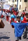 Σχολικά κατσίκια που φέρνουν τα εμβλήματα στοκ εικόνα με δικαίωμα ελεύθερης χρήσης
